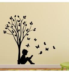 Sticker Garçon, d'arbres et des papillons
